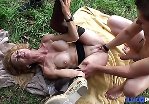 Bonne cougar blonde et bien full-grown baisée dans un champ [full video]